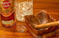 Rum e sigaro cubani Immagini Stock
