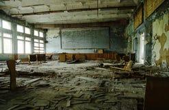 Rum för Abadoned skolagrupp på den Tjernobyl stadszonen av radioactivien Arkivfoto