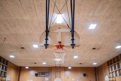 Rum för basketdomstol i en skola royaltyfri fotografi