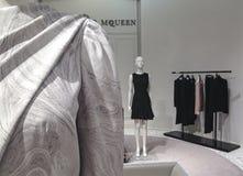 Rum för dräkt för ` s för Alexander McQueen etikettkvinnor på Saks Fifth Avenue i Toronto Arkivfoto