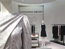 Rum för dräkt för ` s för Alexander McQueen etikettkvinnor på Saks Fifth Avenue i Toronto Fotografering för Bildbyråer