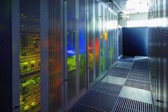 Rum för kommunikationsutrustning med belysning i datorhallen arkivbild