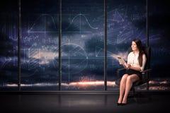 Rum för minnestavlan för affärskvinnan kartlägger hållande i regeringsställning med grafen på arkivbild