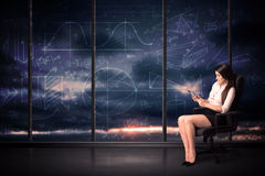 Rum för minnestavlan för affärskvinnan kartlägger hållande i regeringsställning med grafen på arkivfoto