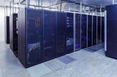 Rum för nätverksserver med datorer för digitala tvip-kommunikationer och internet arkivbilder