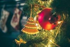 Rum för nytt år med den dekorerade julgranen Arkivbilder