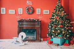 Rum för nytt år med den dekorerade julgranen Royaltyfria Bilder