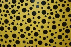 Rum för oändlighet för prick för Yayoi kusama gult royaltyfria bilder