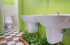 Rum för offentlig toalett Arkivbild