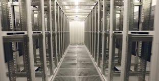 Rum för serveror i datorhallen moderna teknologier fotografering för bildbyråer