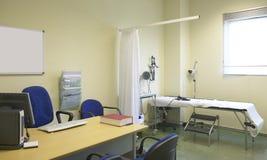 Rum för sjukhusdoktor med utrustning och skrivbordet royaltyfri foto