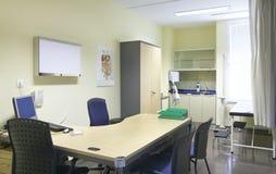 Rum för sjukhusdoktor med utrustning och skrivbordet royaltyfri bild