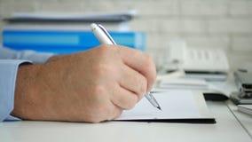 Rum f?r aff?rsmanImage Signing Accounting dokument i regeringsst?llning royaltyfri foto