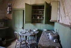 Rum i övergett gammalt västra spökstadhem royaltyfri fotografi