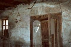 Rum i ett gammalt övergett hus med grungeväggen och trägolvet royaltyfria foton