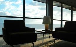Rum i himmel - fridsamt hörn, sikt för blå himmel och vatten, hemmiljö arkivfoto