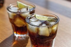 Rum, Kola, Cuba Libre, alcohol, ijs, rum, glas, cocktail, verfrissing, kalk, Cuba stock foto