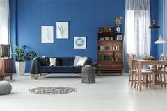 Rum med den blåa väggen Royaltyfri Bild