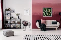 Rum med den burgundy väggen arkivbilder