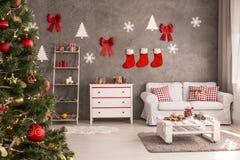 Rum med den dekorerade julgranen Royaltyfri Fotografi