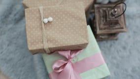 Rum med inregarnering och gåvor för jul och för nytt år stock video
