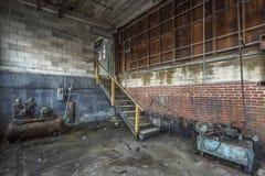 Rum med maskiner i en övergiven fabrik arkivbilder