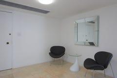 Rum med moderna stolar Arkivbilder