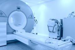 Rum med MRI bearbetar med maskin Arkivfoton