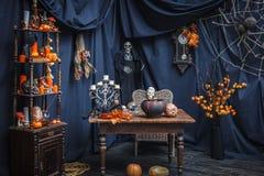 Rum med objekt att fira en halloveen Arkivbild