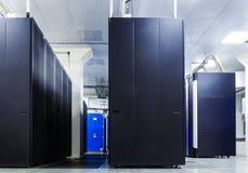 Rum med rader av servermaskinvara royaltyfri bild