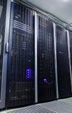 Rum med rader av servermaskinvara fotografering för bildbyråer