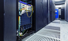 Rum med rader av servermaskinvara arkivbild