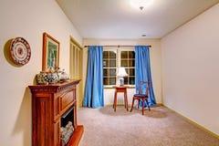 Rum med spisen och den antika tabellen med stol Royaltyfria Bilder