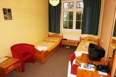 Rum med tabellen och säng Royaltyfria Bilder