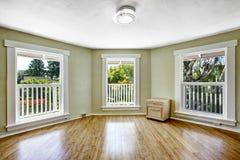 Rum med trädfönster i tomt hus royaltyfria bilder