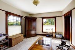 Rum med trägarderob- och gnäggandebröstkorgen Arkivbild