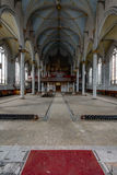 Rum med utsmyckade målade tak med en sikt in mot organet - övergiven kyrka royaltyfria bilder