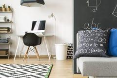 Rum med väggar med matematikformler royaltyfria foton