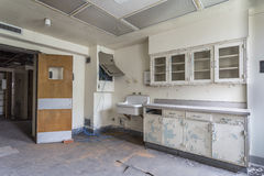 Rum med vasken i ett övergett sjukhus Arkivbilder