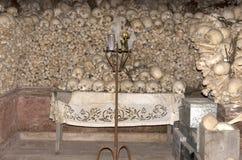 Rum som är fullt av mänskliga skallar på Nea Moni Monastery på den Chios ön/Grekland royaltyfria bilder