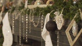 Rum som dekoreras för jul Det stora rummet med den dekorerade spisen Ljus i rummet arkivfilmer