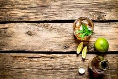 Rum z mennicą i wapnem zdjęcie royalty free