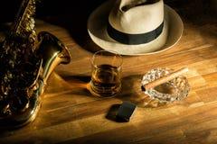 Rum, Zigarre und ein Hut Stockbilder
