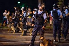 Rumania, Bucarest - 10 de agosto de 2018: Oficiales de policía con los perros entrenados foto de archivo libre de regalías