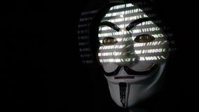 RUMANIA criminal cibernético enmascarado anónimo de septiembre de 2017 en código que se agrieta de la capilla mientras que los ca almacen de metraje de vídeo