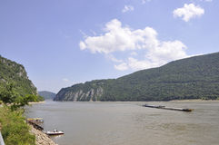 Rumania, el 7 de junio: Gabarra del cargo del transportador en el río Danubio en la garganta de Cazane, Rumania Imágenes de archivo libres de regalías