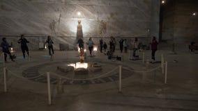 RUMANIA grupo de personas de enero de 2018 que hace aptitud aerobia de los pilates ejercita subterráneo entre esculturas y parede almacen de video