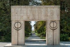 Rumania, Tg Jiu, el 14 de agosto de 2010: La puerta del beso visitó b Fotos de archivo libres de regalías