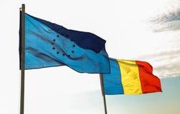 Rumano y banderas 01 de la UE Imágenes de archivo libres de regalías