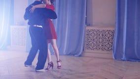 Rumba appassionata di dancing delle coppie video d archivio